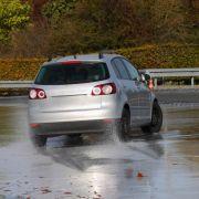 Auf nasser Fahrbahn schneiden nur wenige Sommerreifen gut ab, wie ein aktueller Test der Autoclubs ACE zeigt. (Symbol-Bild) (Foto)