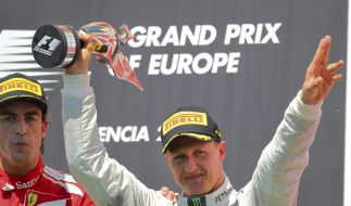 Auf diesen Jubel hat er lange gewartet: Michael Schumacher feiert seine erste Podesplatzierung seit 2006. (Foto)