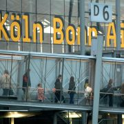Auf dem Köln-Bonner Flughafen ist es zu starker Rauchentwicklung in einem Flugzeug gekommen. Dabei wurden nach Angaben der Kölner Feuerwehr elf Menschen verletzt, vier davon schwer.