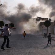 Auf ein türkisches Dorf in der Nähe der syrischen Grenze sind aus dem Nachbarland Granaten gefeuert worden.
