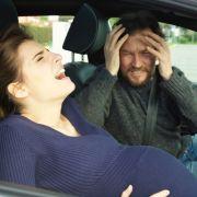 Auf dem Weg ins Geburtshaus brachte eine 37-Jährige ihr Baby auf einer Bundesstraße zur Welt (Symbolfoto). (Foto)
