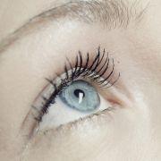 Kontaktlinsentrgerinnen sollten auf die besondere Vertrglichkeit ihrer Kosmetikprodukte achten, da es sonst schnell zu Reizungen kommen kann. Das KGS empfiehlt, auf wasserfeste Mascara zu verzichten, da darin Fasern enthalten sind, die sich au