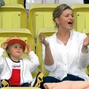 Aus Gina Maria Schumacher - hier als Zweijährige an der Seite ihrer Mama Corinna Schumacher - ist eine bildhübsche junge Frau und erfolgreiche Westernreiterin geworden. (Foto)