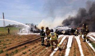 Aus den Trümmern des Airbus A440M konnten zwei Menschen schwer verletzt geborgen werden. (Foto)