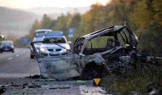 Ausgebranntes Autowrack nach Geisterfahrer-Crash auf der A 46 bei Meschede. (Foto)