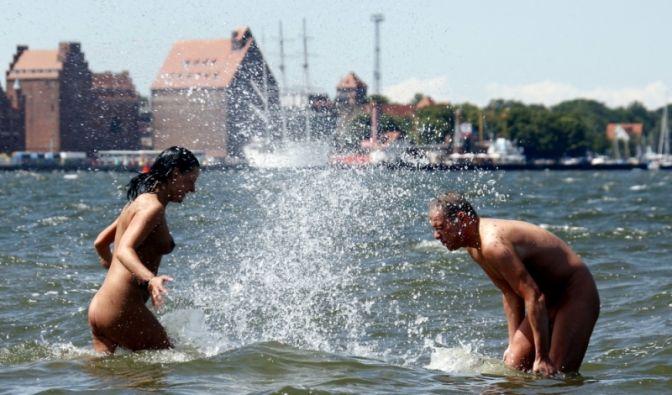 Ausgelassen im Wasser planschen, sonnenbaden und die Seele baumeln lassen - all das machen FKKler gerne nackt. (Foto)