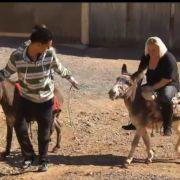 Ausnahmsweise ist Jounes mal aktiv - und führt seine Holde in die Weiten Marokkos. Auf einem Esel.