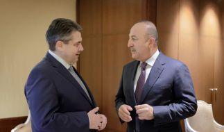 Außenminister Sigmar Gabriel (l) spricht bei einem Treffen mit seinem türkischen Amtskollegen Mevlüt Cavusoglu am 08.03.2017 im Hotel Adlon in Berlin. (Foto)