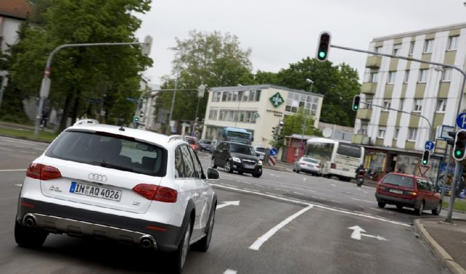 Auto und Ampel im Gespräch (Foto)