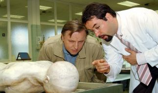 Axel Prahl (links) als Kommissar Frank Thiel und Jan Josef Liefers als Prof. Karl Friedrich Boerne untersuchen eine Leiche. (Foto)
