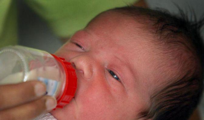 Babys müssen Wechsel vom Stillen zum Fläschchen üben (Foto)