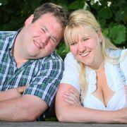 Hesse Marcel und Katja haben sich 2010, in der sechsten Staffel von Bauer sucht Frau, kennen und lieben gelernt. Jetzt ist es soweit - Katja und Marcel heiraten!