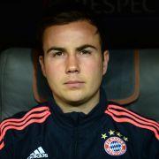 Bayern-Star wenig begeistert: Karl-Heinz Rummenigge fällt Mario Götze in den Rücken. (Foto)