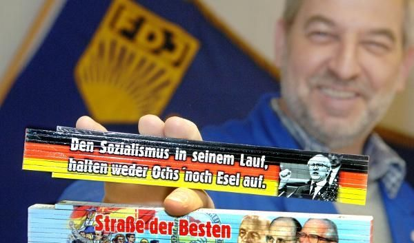 Begehrt: Zollstöcke mit Polit-Parolen aus der ehemaligen DDR aus dem Internet-Versandhandel für Ostp (Foto)