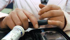 Bei Diabetes im Urlaub öfters Blutzuckerwert messen (Foto)