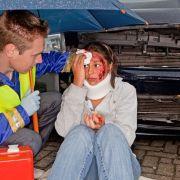 Bei einem Unfall muss schnell und richtig gehandelt werden. (Foto)