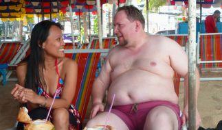 Bei deutschen Frauen hat er kein Glück, deshalb macht sich der einsame Junggeselle Andreas (r.), auf in die weite Welt. (Foto)