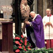 Bei seinem Mea Culpa umarmt Papst Johannes Paul II. im Petersdom das Kruzifix.