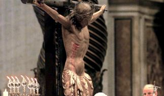 Bei seinem Mea Culpa umarmt Papst Johannes Paul II. im Petersdom das Kruzifix. (Foto)