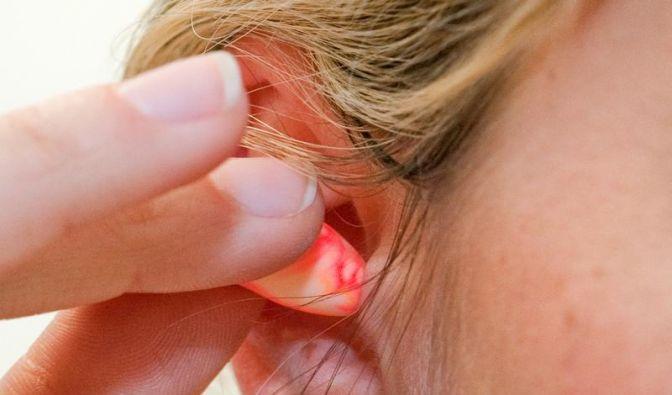 Bei Ohrstöpseln regelmäßig Ohren reinigen lassen (Foto)