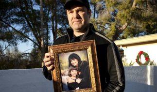 Bei der Schießerei in den USA kam auch ein neunjähriges Mädchen um. Ihr Onkel hält ihr Foto in eine  (Foto)