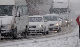 Bei Schneefall steigt der Risikofaktor im Verkehr enorm - für das richtige Verhalten sollte man gut vorbereitet sein. (Foto)