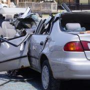 Auto in der Mitte zerissen - Beifahrer tot (Foto)