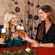 Bei der Weihnachtsfeier kann man ganz ungezwungen auch mit Kollegen ins Gespräch kommen, die man vielleicht nicht jeden Tag sieht. (Foto)