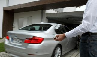 Beim Parken übernimmt der Autopilot (Foto)