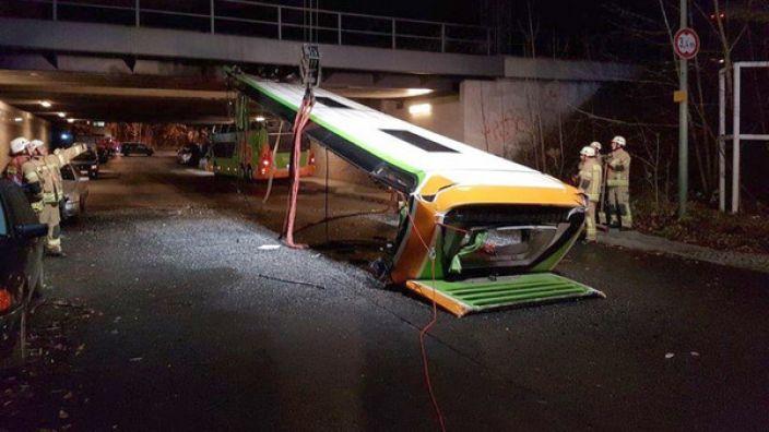 Beim Versuch, unter der Brücke durch zu fahren, riss das Dach komplett ab.