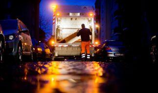 Beim Zusammenstoß eines Müllfahrzeuges mit einem Regionalzug ist der Fahrer des Lastwagens ums Leben gekommen. (Foto)
