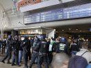 Bereits zu Beginn der Demo kam es zu ersten Ausschreitungen. Hooligans provozierten die Gegendemonstranten, die sich auf der anderen Seite des Kölner Bahnhofes versammelten. (Foto)