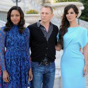 Die neuen «Bond-Girls» hat Daniel Craig ganz fest im Arm: Naomie Harris (links) und Berenice Marlohe geben im neuen James-Bond-Film Skyfall die Gespielinnen des Geheimagenten mit der Doppel-Null.