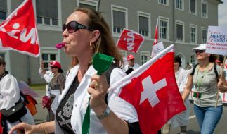 Beschäftigte protestieren gegen Stellenabbau bei Merck (Foto)