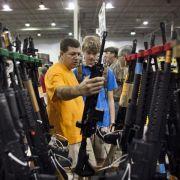 Besucher begutachten ein HK416 Sturmgewehr wird auf einer Waffenmesse in Chantilly, Virginia.
