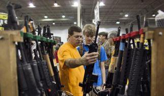 Besucher begutachten ein HK416 Sturmgewehr wird auf einer Waffenmesse in Chantilly, Virginia. (Foto)