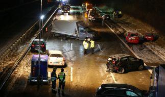 Beteiligte Unfallfahrzeuge auf der Autobahn A1 zwischen Bargteheide und Bad Oldesloe (Schleswig-Holstein). (Foto)