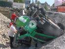 Verkehrt gelenkt: Betonmischer fällt in Baugrube