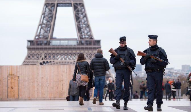 Bewaffnete Polizisten patrouillieren nach den Anschlägen von Paris in der Nähe des Eiffelturms. (Foto)
