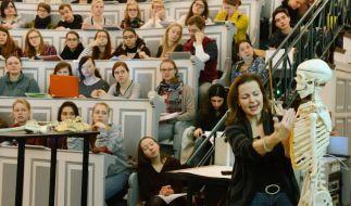 Bis in den Anatomie-Hörsaal ist es mitunter ein langer Weg. Wer nur über die Wartezeit an einen Medizinstudienplatz kommen wollte, musste zuletzt 14 Semester überbrücken. (Foto)