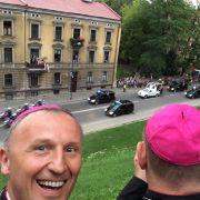 Bischof Mareks Selfie mit Papst Franziskus im Hintergrund. (Foto)