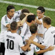 Béla Réthy und das DFB-Team feiern den zweifachen Torschützen Mario Gomez.
