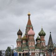 Blick auf die Basilius-Kathedrale (r.) und den Spasskaya-Turm, den Hauptturm der östlichen Mauer des Kremls, in Moskau. Sicherheitsdienste haben in der russisc