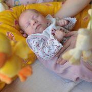 Bloß nicht aufwecken: Bis Babys schlafen, ist es oft ein harter Kampf. Am besten klappt es mit viel Ruhe und einem routinierten Ablauf. (Foto)