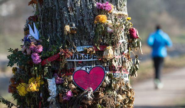 Blumen und Trauerschmuck erinnern in Freiburg an die ermordete Maria L. Ein unbegleiteter minderjähriger Flüchtling wird verdächtigt, die 19-jährige Studentin dort umgebracht zu haben. (Foto)