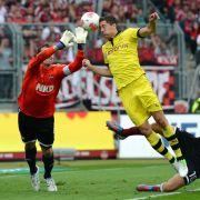 Borussia Dortmund konnte sich gegen den 1. FC Nürnberg diesmal nicht durchsetzen. Hier Robert Lewandowski gegen Nürnbergs Torwart Raphael Schaefer.