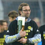 Ein Feierabendbier für den Trainer: Nach dem Sieg gegen Mönchengladbach feierten Dortmunds Spieler und Jürgen Klopp die vorzeitige Deutsche Meisterschaft ausgelassen.