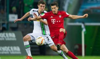 Borussia Mönchengladbach gegen FC Bayern München am 05. Dezember 2015 im Borussia Park in Mönchengladbach. Mönchengladbachs Andreas Christensen (l) versucht gegen Robert Lewandowski von Bayern an den Ball zu kommen. (Foto)