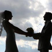 Brautpaare können in der stressigen Vorbereitungszeit einen Sonderurlaub beantragen. Dieser stehe ihnen zu, wenn im Arbeitsvertrag Paragraf 616 des BGB nicht ausdrücklich ausgeschlossen ist. (Foto)