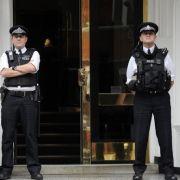 Britische Polizisten marschieren vor der Botschaft Ecuadors auf.